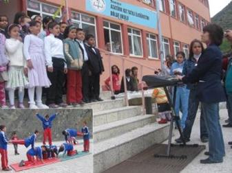 Atatürk Kız YİBO Anneler Günü programı düzenledi.